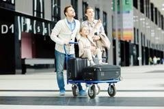 Podróżnicy w lotnisku zdjęcie royalty free