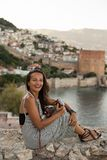Podróżnicza kobieta z rocznik kamerą fotografia royalty free
