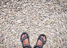 Podróżników cieki na kamieniu brukowali drogę jest ubranym sandały Obraz Royalty Free
