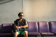 Podróżnik, backpacker mężczyzna w przypadkowych ubraniach i okulary przeciwsłoneczni dowcip, zdjęcia royalty free