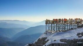 Podróżnik cieszy się widok przy chabeta smoka Mountain View Śnieżnym punktem zdjęcie stock