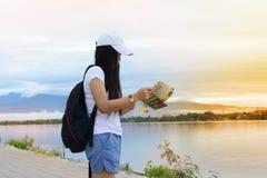 Podróżnik dziewczyna w biały koszulowym patrzejący mapę blisko r Obrazy Stock