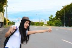 Podróżnik dziewczyna w białym koszulowym chwycie mapa i machać jej rękę Fotografia Stock