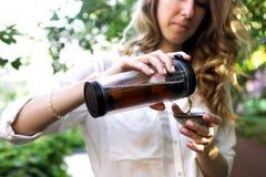 Podróżnik dziewczyny dolewania herbata w termos filiżance, outdoors Młoda kobieta pije herbaty przy filiżanką Temat podróż Kobiet Obrazy Stock