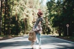Podróżnik dziewczyny odprowadzenie wzdłuż drogi las zdjęcia royalty free