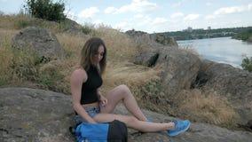 Podróżnik dziewczyny spacer na falezy ` s krawędzi i spojrzenie przy piękną naturą zdjęcie wideo