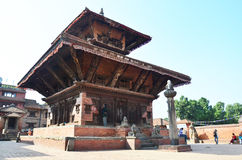 Podróżnik i Nepalscy ludzie przychodzący Bhaktapur Durbar Obciosujemy Obrazy Stock