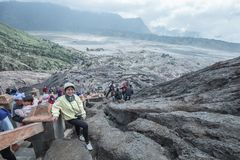 Podróżnik kobieta i opar wulkan zdjęcie stock