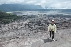 Podróżnik kobieta i opar wulkan fotografia royalty free