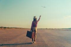 Podróżnik kobieta macha jej rękę samolot fotografia royalty free