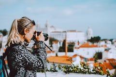 Podróżnik kobieta robi obrazkowi Lisbon pejzaż miejski Krajowy panteon i ręczniki Vincente de Dla A wchodziliśmy fotografia stock