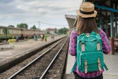 Podróżnik kobiety czekania i odprowadzenie trenujemy na kolejowej platformie, słońca światła raca obrazy royalty free