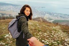 Podróżnik kobiety mienia męska ręka i prowadzić on Fotografia Royalty Free