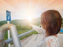 Podróżnik kobiety ranku światło na drodze Zdjęcia Royalty Free