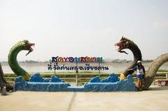 Podróżnik kobiety tajlandzka wizyta i pozować dla bierzemy fotografię z naga statuą przy mae khong brzeg rzeki Obrazy Royalty Free