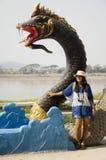 Podróżnik kobiety tajlandzka wizyta i pozować dla bierzemy fotografię z naga statuą przy mae khong brzeg rzeki Zdjęcie Royalty Free