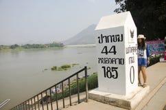 Podróżnik kobiety tajlandzka wizyta i pozować dla bierzemy fotografię z słupem przy punktem widzenia Kaeng Khut Khu Obraz Royalty Free