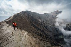 Podróżnik przy krateru wulkanem przy Bromo Gunung Bromo zdjęcia stock