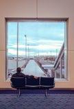 Podróżnik przy lotniskiem zdjęcia stock