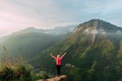 Podróżnik spotyka świt w górach obrazy stock