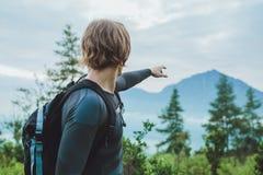 Podróżnik używa kompas dostawać Batur wulkan i Agung górę Fotografia Royalty Free