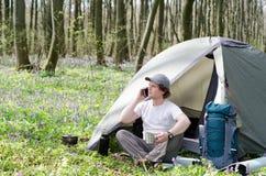 Podróżnik używa smartphone outdoors Obrazy Royalty Free