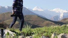 Podróżnik w mountaineering inicjuje kroczenie na kamieniach przy góra krajobrazem zbiory