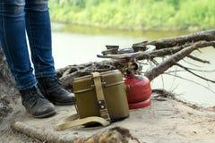 Podróżnik w rzemiennych butach zostaje nad falezą nad rzeka blisko Zdjęcie Royalty Free