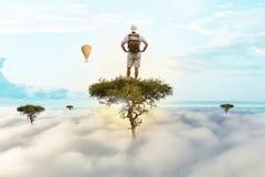 Podróżnik wspinał się wysokiego drzewa i przeglądał otoczenia zdjęcia royalty free