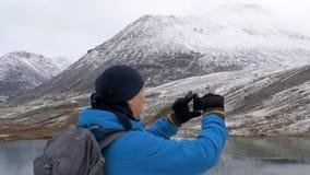Podróżnik wzrasta wysoki punkt Patrzeje halnych szczyty pięknego jezioro i z bliska zbiory wideo