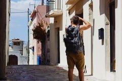 Podróżnik z kamerą i plecakiem bierze obrazki cudzoziemski miasto podczas wakacje, Crete, Grecja obrazy stock