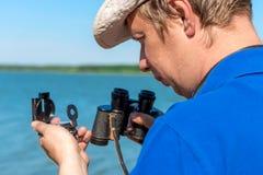 Podróżnik z kompasem i lornetkami Zdjęcie Royalty Free