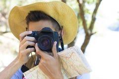 Podróżnik z mapą i kamerą zdjęcia royalty free