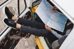 Podróżnik z mapą w furgonetce Obrazy Royalty Free