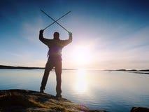 Podróżnik z plecaka stojakiem na skalistym brzeg i patrzeć wschód słońca Skalisty clif Zdjęcia Stock