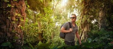 Podróżnik z plecakiem studiuje antyczne ruiny w dżunglach zdjęcia stock
