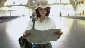Podróżnika backpacker kobiety azjatykcia podróż w Bangkok, Tajlandia Szczęśliwy młody żeński kierunek i patrzeć na lokaci mapie p zbiory wideo