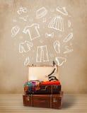 Podróżnika bagaż z ręka rysujący odzieżowym i ikonami Zdjęcia Stock
