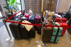 Podróżnika bagażu czekanie przy hotelem obrazy royalty free