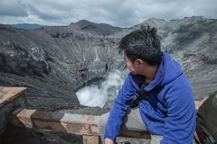Podróżnika mężczyzna i opar wulkan zdjęcia royalty free