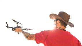 Podróżnika mężczyzna launchind trutnia przyrząd w niebie strzelać natura krajobraz zdjęcia royalty free