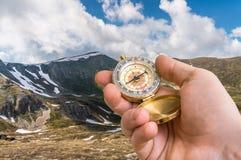 Podróżnika mężczyzna szuka prawego sposób w górach z kompasem zdjęcie stock