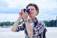 Podróżnika modnisia młody człowiek bierze fotografie z rocznik fotografią Fotografia Royalty Free