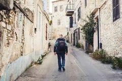 Podróżnika odprowadzenie wokoło starego miasteczka Wakacje, wakacje, turystyki pojęcie Zdjęcia Stock
