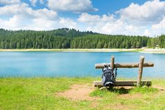 Podróżnika plecak przed jeziornym widokiem Zdjęcia Stock