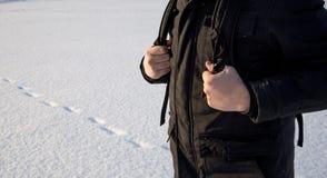 Podróżnika podróżnik wręcza trzymać plecak patkę na tle śnieżna równina wędrówki journeyer fotografia royalty free