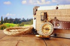 Podróżnika rocznika kompas na drewnianym stole i bagaż obraz royalty free