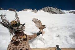 Podróżnika szczęście na chabeta smoka śniegu górze. Zdjęcie Stock