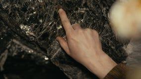 Podróżnika tirogaet ręka w kopalnianych depozytach łyszczyk Zakończenie ręka z mikowymi depozytami zdjęcie wideo