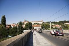 Podróżnika use usługa białej klasycznej retro samochodowej wycieczki turysycznej wokoło miasta ludzie Zdjęcia Royalty Free